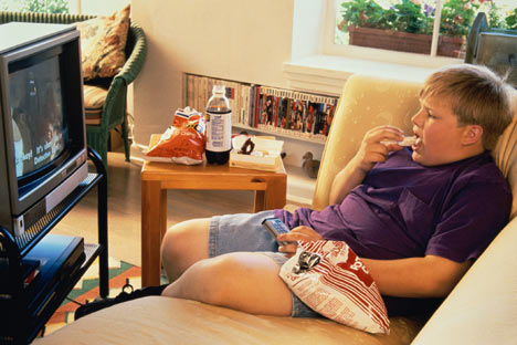 fat-kid-eating-chips-watching-tv
