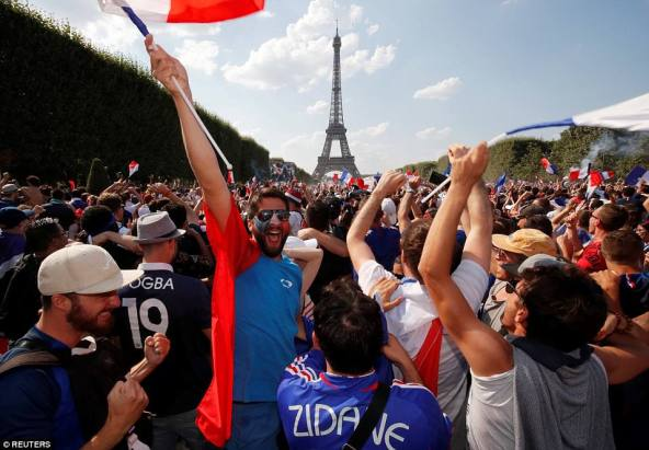 4E475D1D00000578-5956427-France_fans_celebrate_in_Paris_as_they_watch_their_side_claim_a_-a-7_1531732209921